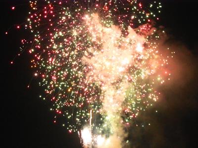 調布の花火 赤、緑の火の玉が炸裂しては白い弧を描いて流れていく