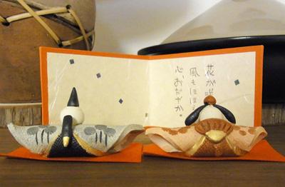 本棚の上のひな人形