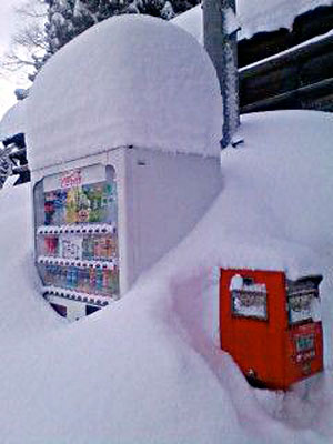 柏崎より豪雪の写メ届く 埋もれる自販機
