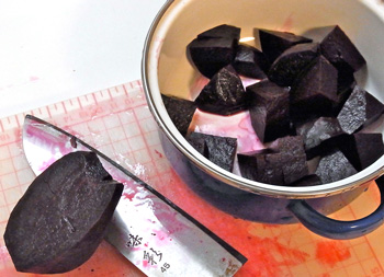 茹でたビーツを適当にカット。まな板も包丁も真っ赤っか