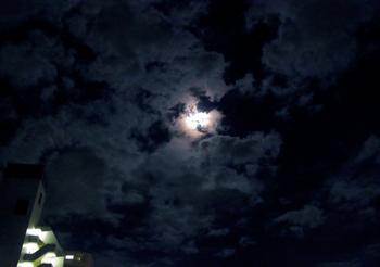 群雲に輝く満月