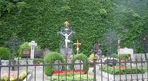 協会付近の花園と美しい墓所