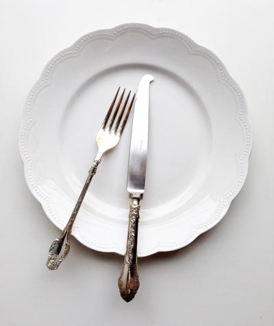 洋食器、アンティーク、白いプレート、カットラリー、ナイフフォーク