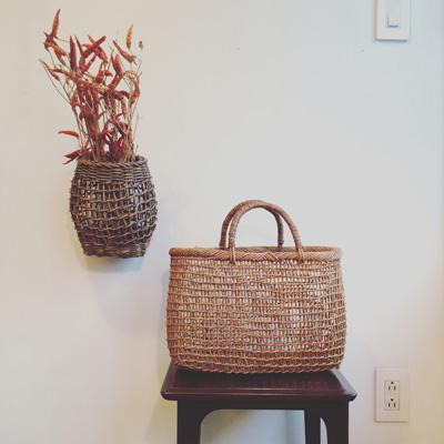 アケビ籠バッグにアケビ掛花入れ、秋のしつらえ