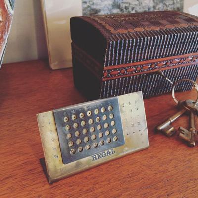 リーガルのノベルティー、真鍮製モダンな万年カレンダー