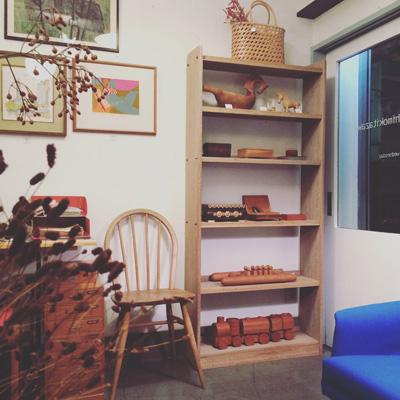 秋のウッディなインテリア、ヴィンテージ家具、木工芸品並ぶ店内