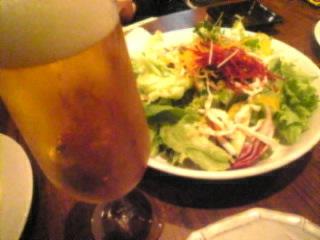 和伊の介 新橋店「生ビールとボリューム満点シェフおまかせサラダ」