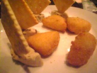 和伊の介 新橋店「レーズン入りフルーツチーズとカマンベール入りチーズフライ」