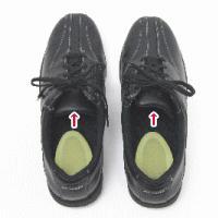 ハーフエッグを先にシューズの踵位置に置きます。ひもで緩めることのできる大体の靴は、履く事ができます。