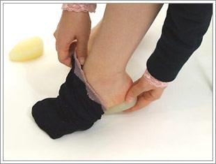 ソックスを履く時は?踵にハーフエッグがぴったり入ったのを確認後ソックスを履きます。踵部分にハーフエッグを押し付けて装着して下さい。