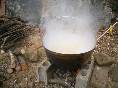 大鍋で大豆を煮る