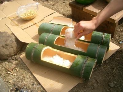 竹にお米を入れる
