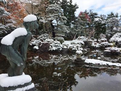 初雪とブロンズ像