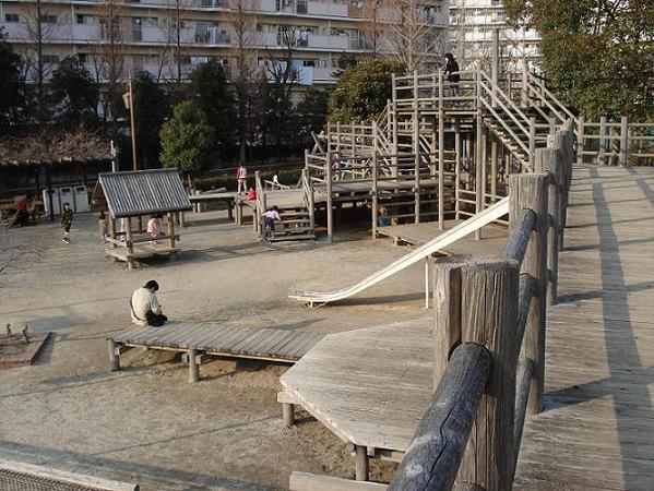 木製遊具の広場