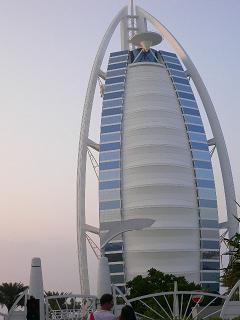 これが有名なバージアルアラブ(Burj Al Arab)