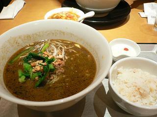 成田空港で腹ごしらえ、黒ゴマ坦々麺