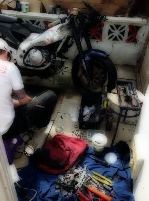 バイク修理中の旦那。