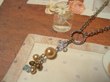 ベージュパール&お花パーツのネックレス
