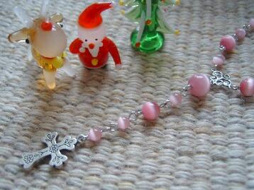 ピンクキャッツアイとクロスのネックレスアップ