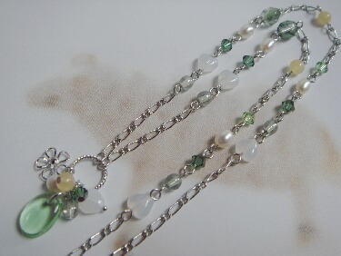 グリーンのセミロングネックレス