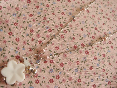 お花とリボンのネックレスアップ