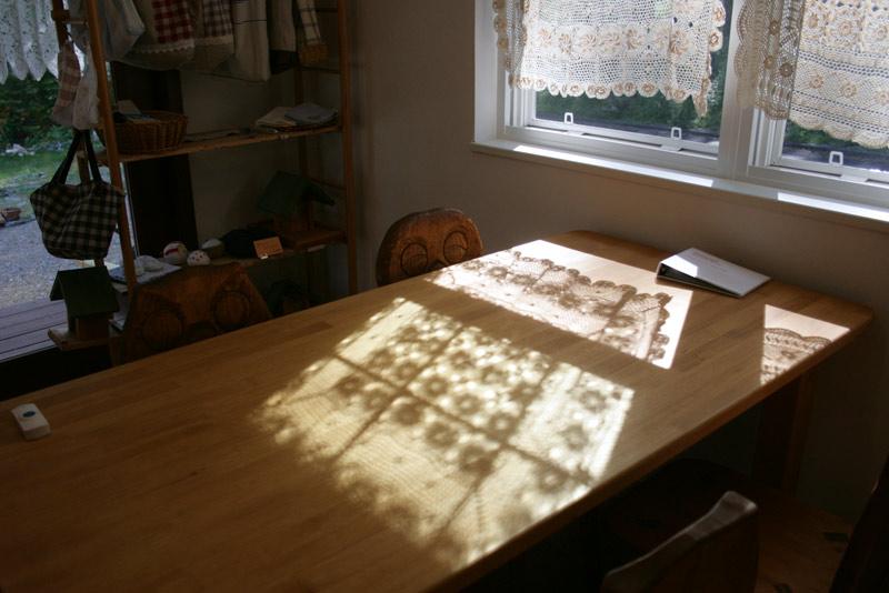カフェドゥエイトの店内2、テーブルまわり
