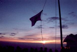 頂上ではためく旗