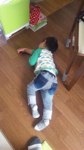 床で寝る人