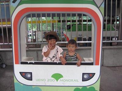 上野動物園 モノレールの置物