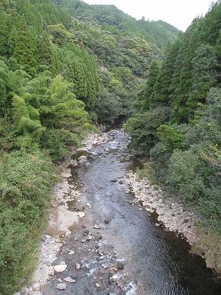 新間地橋から鯛生川下流