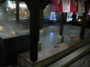 リニューアルした湯畑前の足湯です。