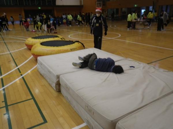 トランポリンでジャンプ!のはずが、マットの上に倒れこんでます・・・