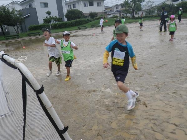 でも、雨の中どろんこで走り回るのって楽しい!