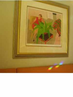 室内の絵と虹