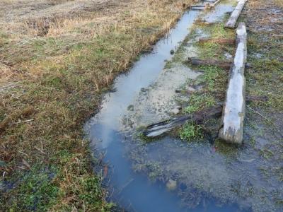 水があふれる水路