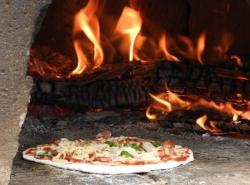 ピザ窯のなかのピザ