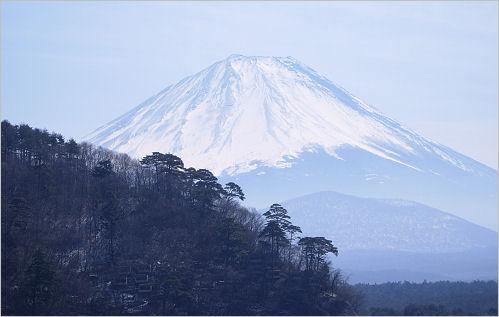 精進湖から見た富士山は墨絵の世界でした