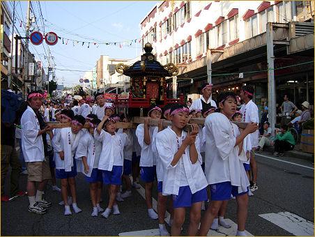 繁華街を練る子供神輿