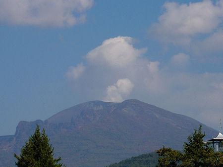 噴煙を上げる浅間山