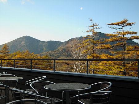 高峰ビジターセンターのテラスから山並みを望む