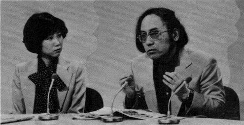 竹村健一とアシスタントの小池百合子(当時)