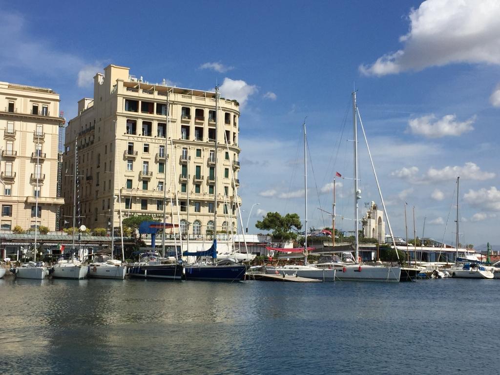 ナポリ港の某ホテル。