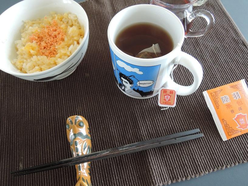 卵掛け御飯と香港のティーバッグで入れた普洱茶。
