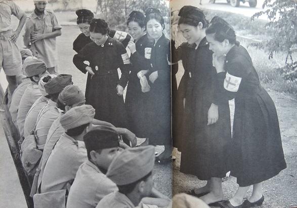 1942年2月 シンガポール陥落直後従軍看護婦と語るインド兵(掲載).jpg