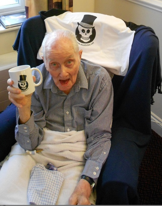 Ronnie Biggs with Death-List Mug at His End of Life in 2013.jpg