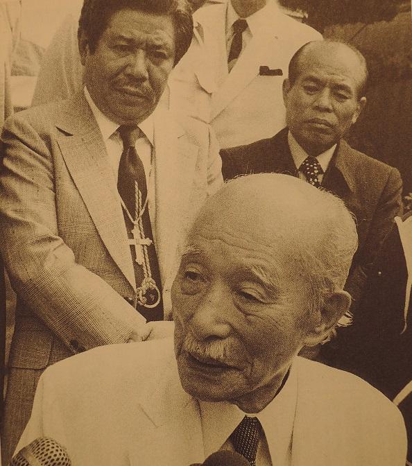 山口組血風録 (1) 中井一夫元市長(前)、白神英雄(後左)、佐々木将城(後右).jpg