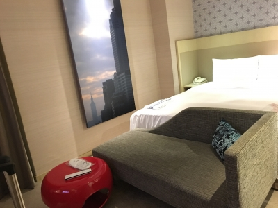 部屋ベッドとソファ