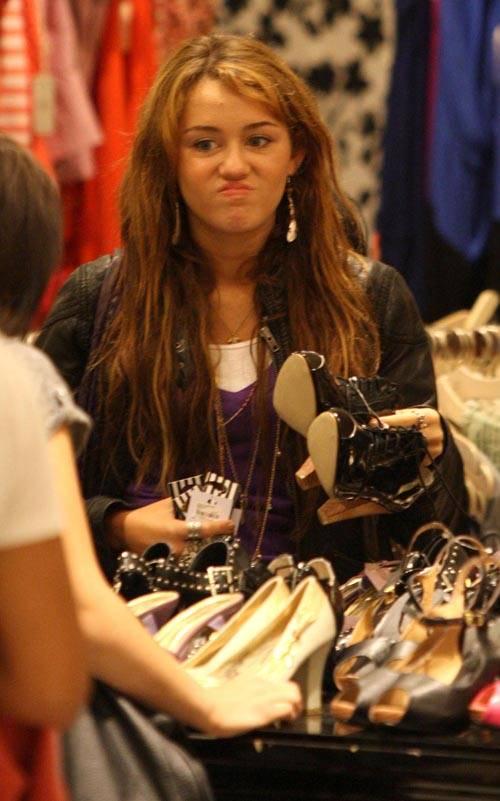 マイリー・サイラスがショッピング中に見せたこんな表情!