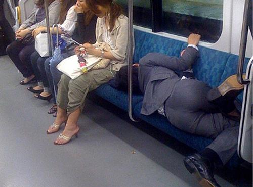 サプライズの噂・裏技・裏話_電車で寝るサラリーマン