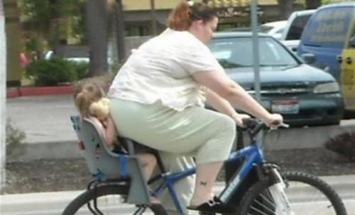 面白画像の噂・裏技・裏話_自転車で母親に押しつぶされている子供